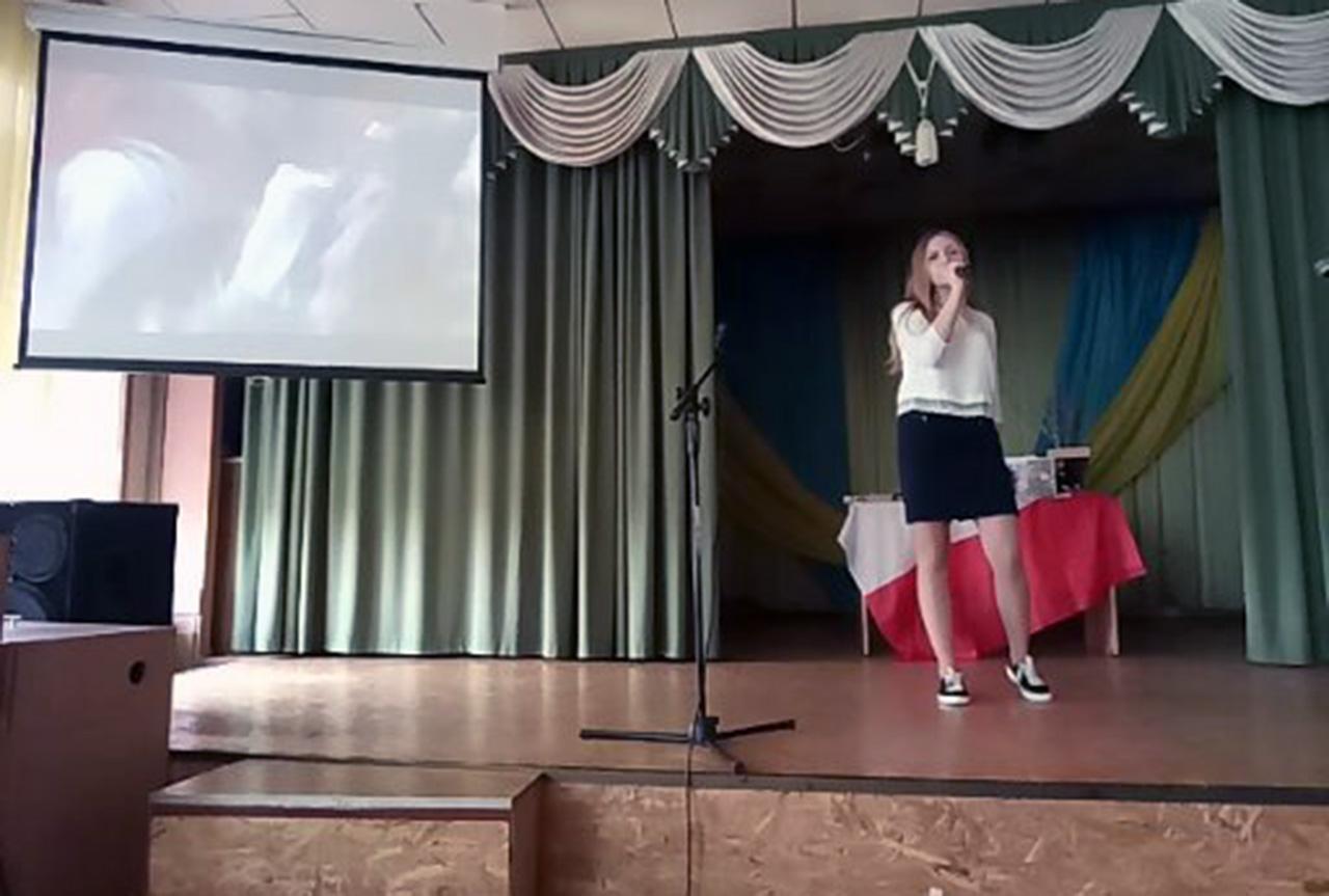 """Uczennica winnickiej szkoły nr 7 śpiewa Dumkę z filmu """"Ogniem i mieczem"""""""