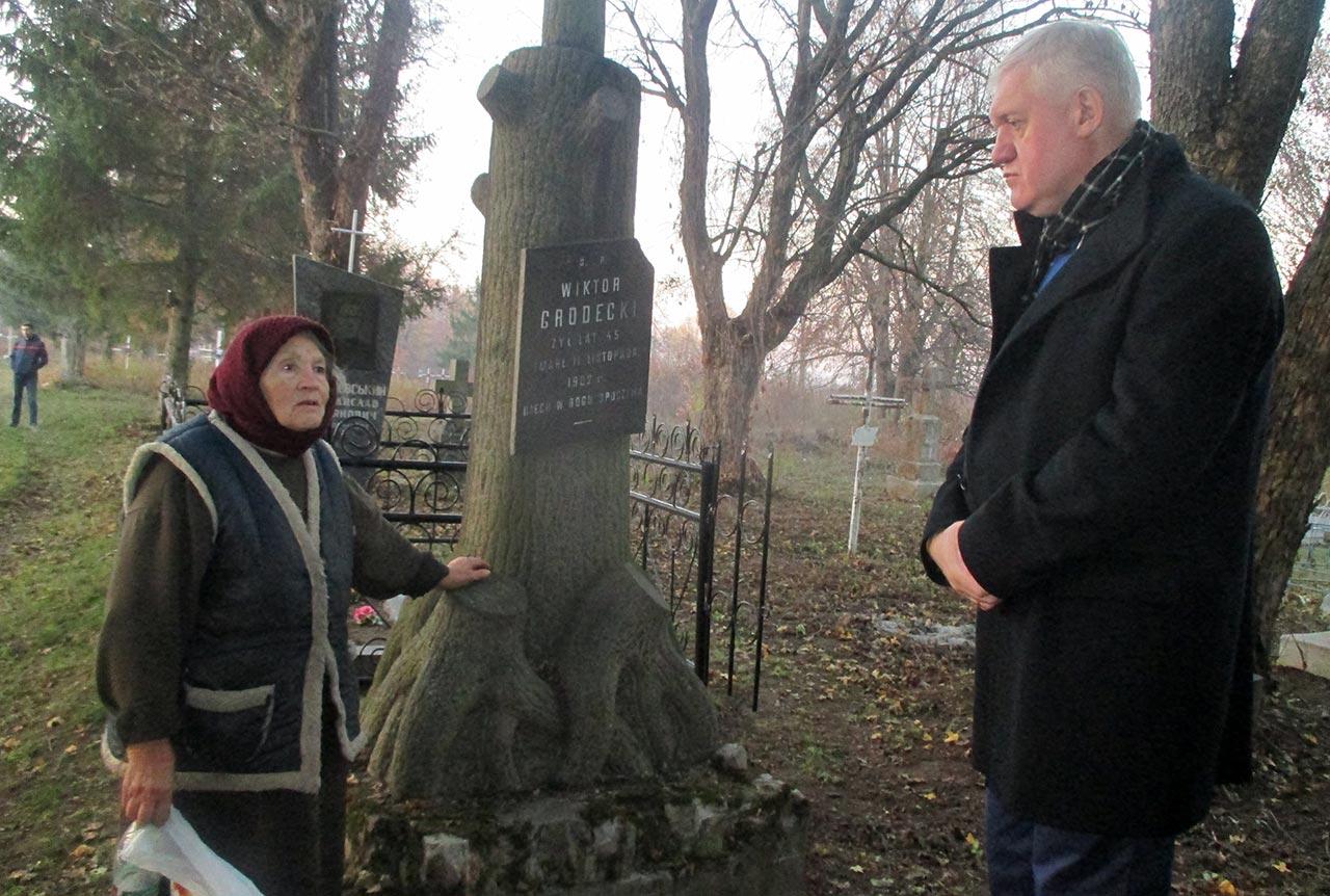 Adela Dereniowska i konsul Tomasz Olejniczak na polskim cmentarzu w Brahiłowie