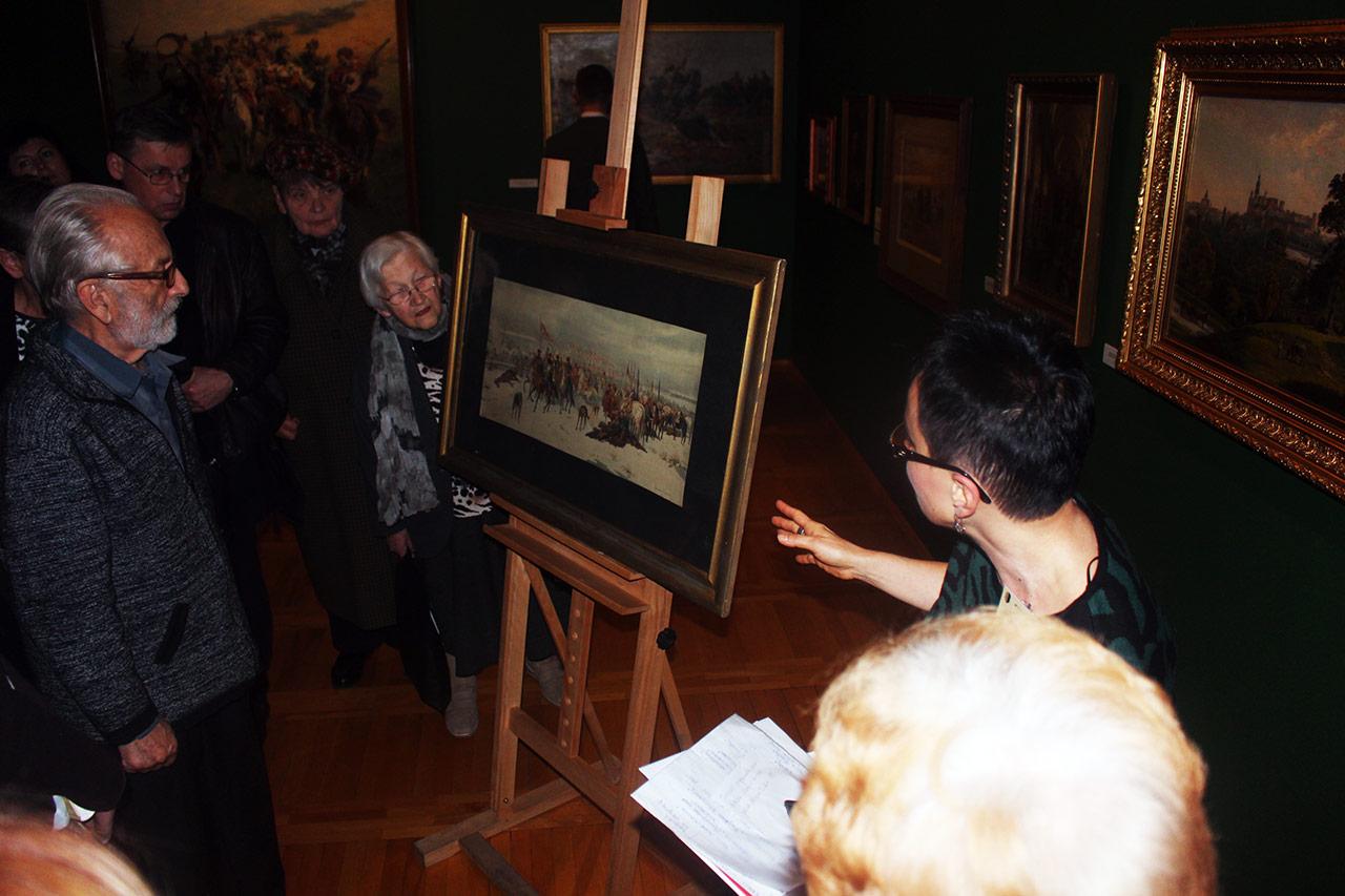 W ramach konferencji Mit Kresów Wschodnich p. Iwona Mohl zaprezentował gościom ciekawe obrazy ze zbiorów Muzeum Górnośląskiego o tematyce kresowej, w tym – dzieło Juliusza Kossaka Tyszkiewicz i chorągiew pancerna pod Kijowem