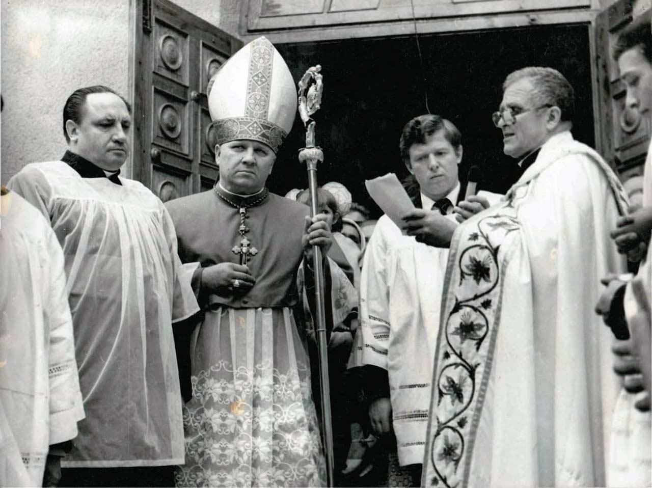 Ksiądz Władysław Wanags (po prawej) podczas odprawiania nabożeństwa