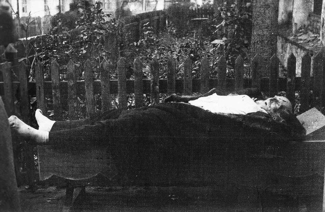 Zwłoki zamordowanego przez bolszewickie bandy w listopadzie 1917 r. księcia Sanguszki