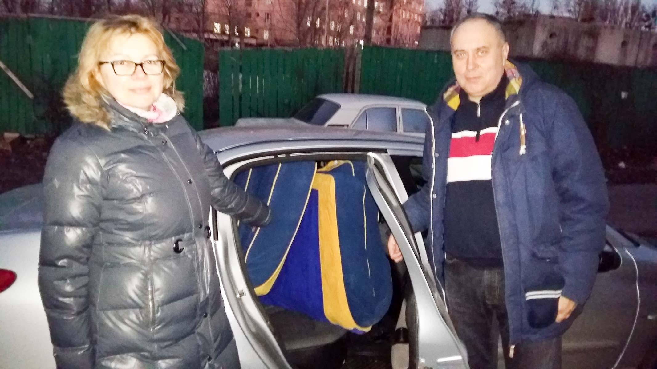 Państwo Martynienków z Kijowa zaofiarowali ogromny dwuosobowy materac o kolorach patriotycznych