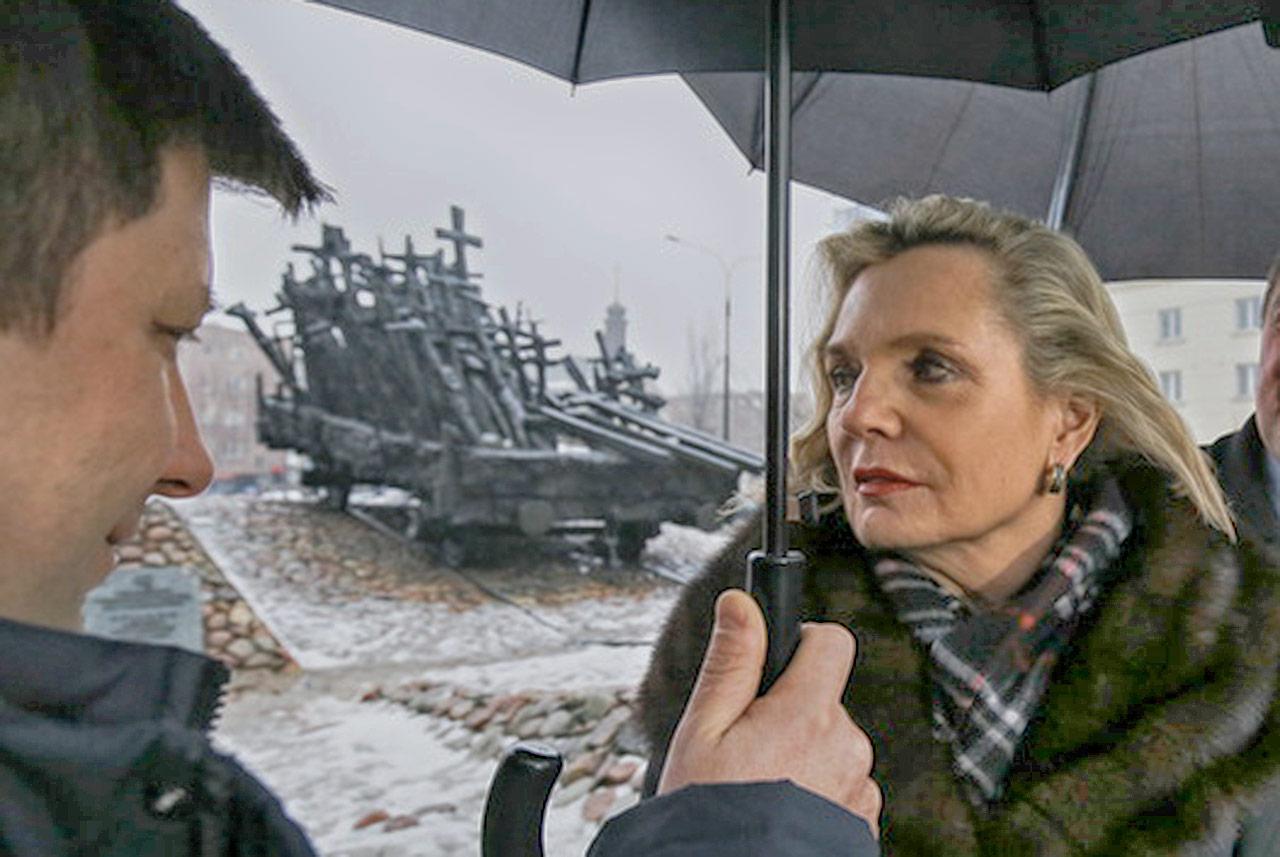 Michał Dworczyk i Anna Maria Anders przy Pomniku Poległych i Pomordowanych w Warszawie. Źródło: RMF