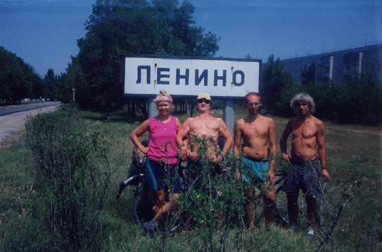 Drogowskaz przed wioską Lenino na Krymie