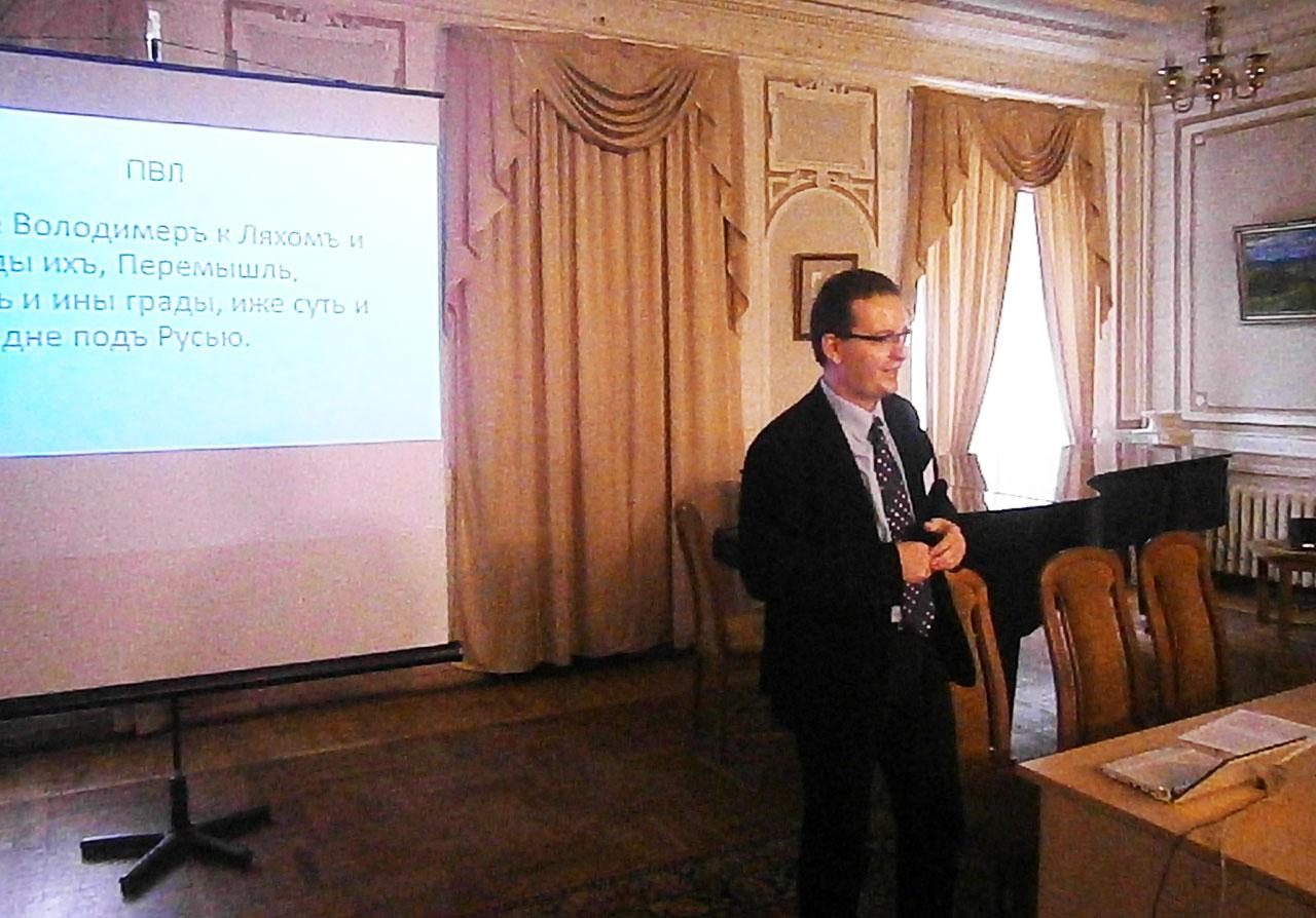 Prezentacja dr Adriana Jusupovicia swojego badania na Międzynarodowej Interdyscyplinarnej Humanistycznej Konferencji w Kijowie (28 października 2015 roku)