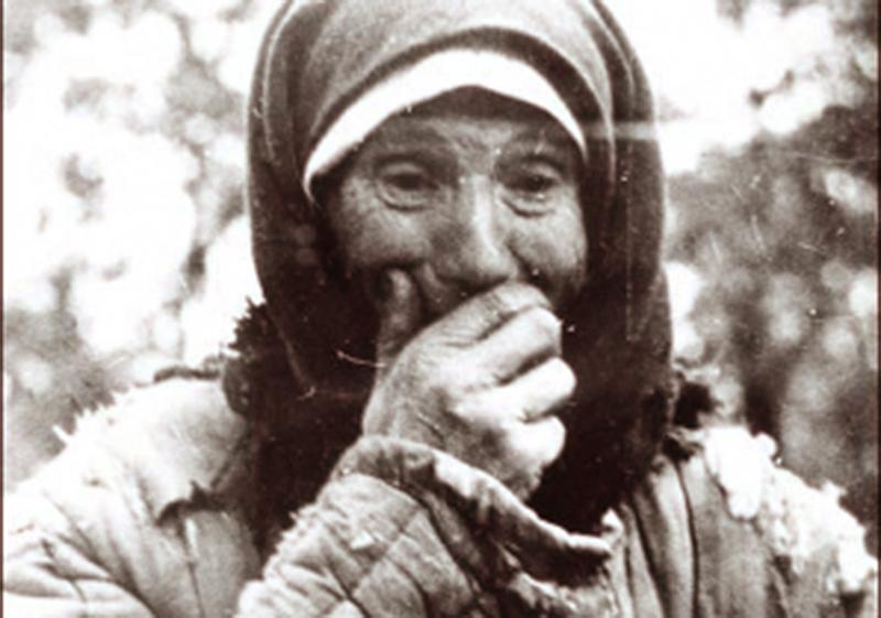 Mieszanka Hniewania szuka ciało swego męża w Winnicy wśród ekschumowanych szczątków w 1943 r. w Winnicy. Źródło. Archiwum im. Grygorija Pszenicznego