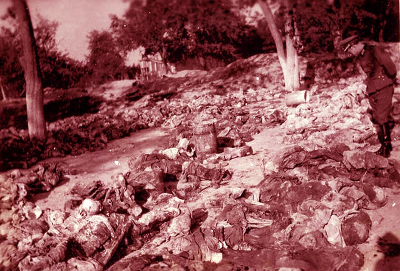 Niemiecki oficer przygląda się szczątkom zamordowanym przez NKWD mieszkańcom Podola
