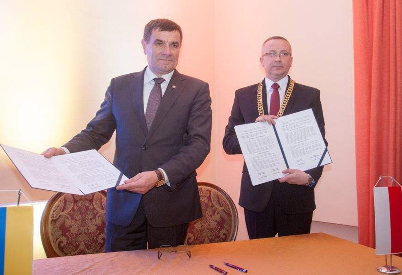 Anatol Kusznir oraz Bogusław Kmieć po podpisaniu umowy partnerskiej