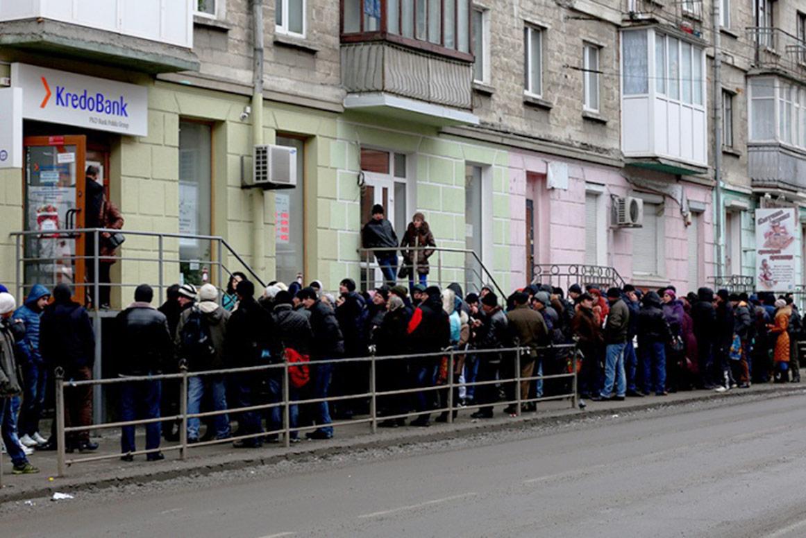 Kolejki przy banku z polskim kapitałem KredoBank w Tarnopolu, gdzie ludzie próbują wnieść opłatę za wizę. Źródło: galas.te.ua