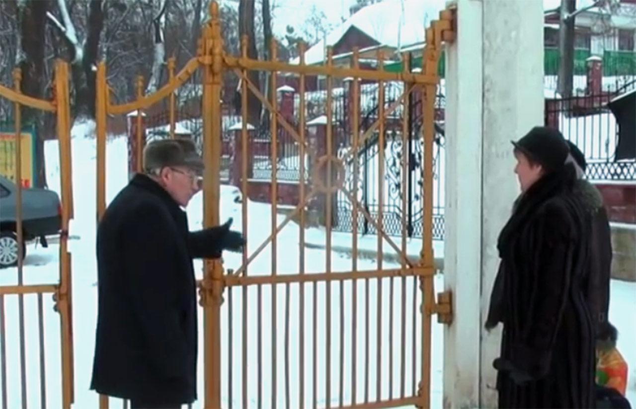 Polacy ze Sławuty przy bramie, przez którą prowadzono na śmierć Romana Sanguszkę