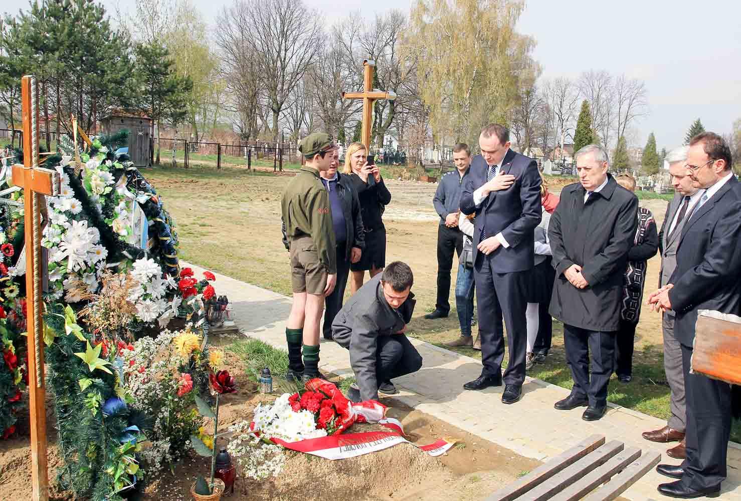 Polska delegacja przy grobie Romana Sokacza w Zimnej Wodzie
