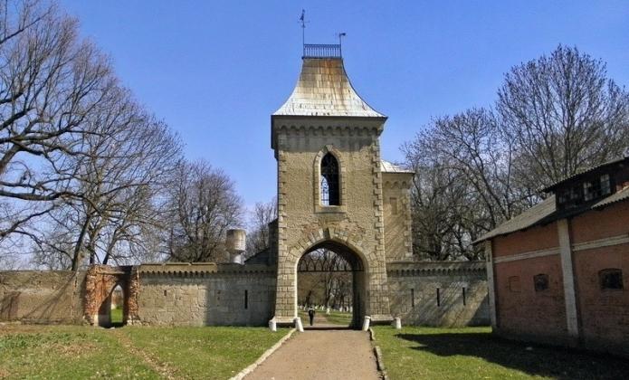Jedna z bram przed byłą rezydencją Brzozowskich w Sokołówce. Źródło: ukrainaincognita.com