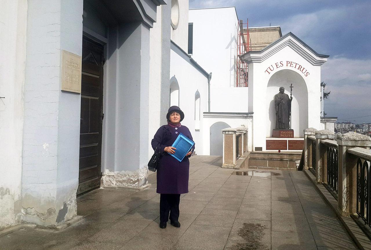 Łarysa Korobkina-Szturmarewicz na schodach kościoła Matki Bożej Anielskiej w Winnicy