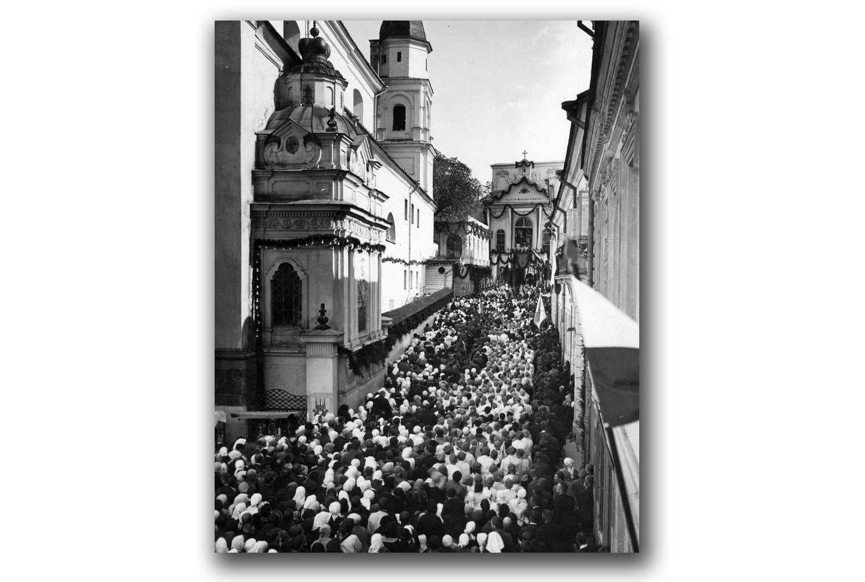 Otwarcie kongresu. Tłum ludzi przed kaplicą Matki Bożej Ostrobramskiej. Źródło: NAC