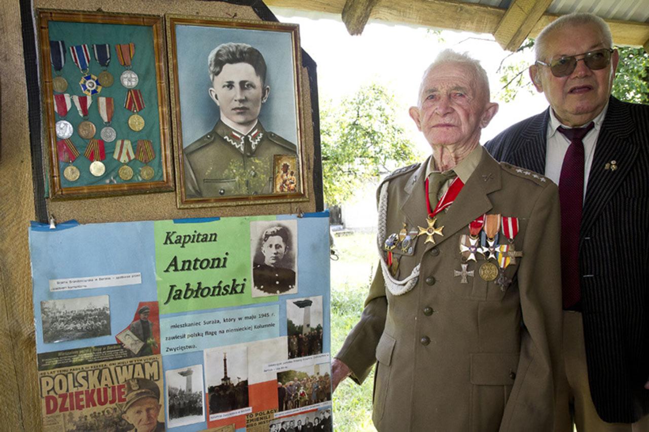 Na zdjęciu 96-letni kpt. Antoni Jabłoński ostatni z żyjących polskich żołnierzy, który zawieszał flagę