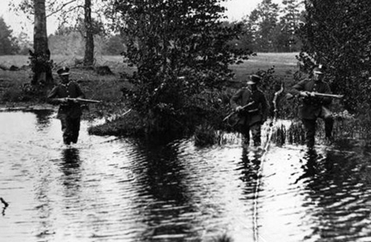 Żołnierze KOP patrolują odcinek polsko-sowieckiej granicy. Źródło: NAC