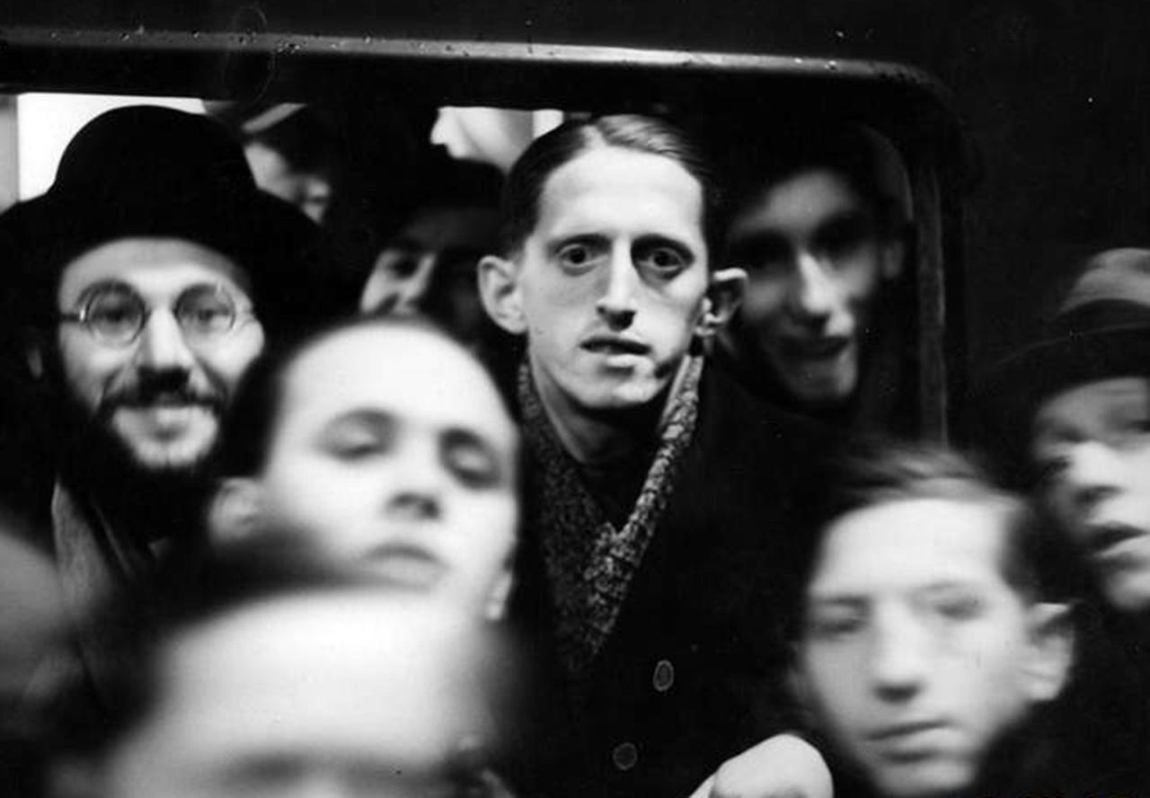 Żydzi wyjeżdżający do Palestyny w oknie wagonu kolejowego. Wśród nich widoczny mistrz Polski w tenisie stołowym z 1936 roku Finkelsztajn, 15 lutego 1937 r. Źródło: NAC