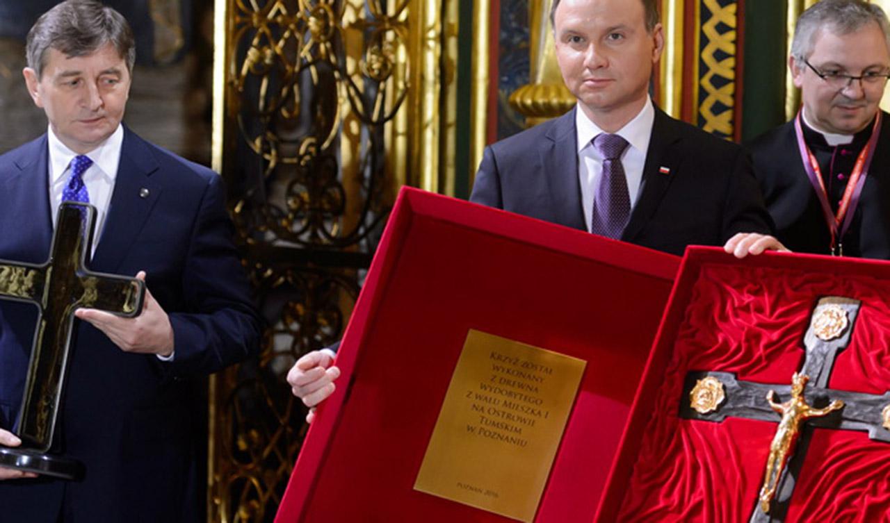 Prezydent RP Andrzej Duda z drewnianym krzyżem wykonanym z drewna z grodu Mieszka Ipodczas uroczystości w poznańskiej katedrze. Źródło: PAP