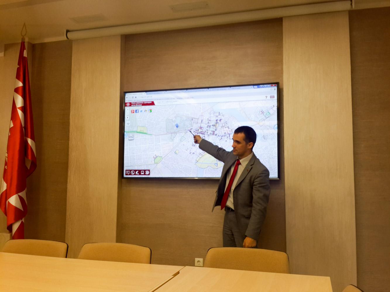 Przedstawiciel RM Jurii Lewczenko prezentuje interaktywną mapę miasta