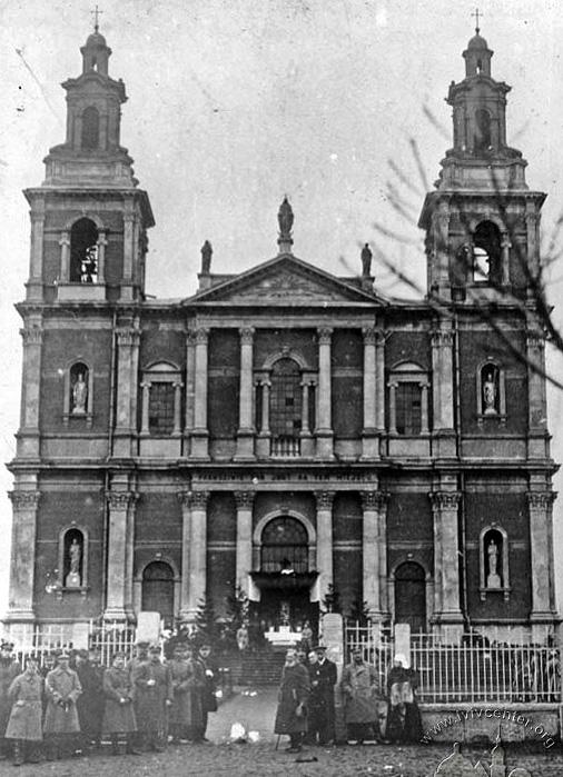 Zdjęcie płoskirowskiego kościoła Św. Anny z 1920 roku. W 1936 r. bolszewicy wysadzili świątynię w powietrze