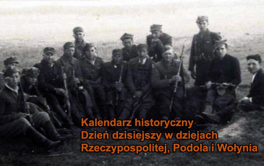 Po zakończeniu negocjacji, gdy delegacje podziemia polskiego i ukraińskiego podpisały porozumienie, żołnierze AK-DSZ i UPA z oddziałów chroniących członków obu delegacji zrobili sobie wspólne zdjęcie; wieś Lubliniec Nowy koło Cieszanowa (powiat Lubaczów), 21 maja 1945 r. ZDJĘCIE Z ARCHIWUM  STANISŁAWA KSIĄŻKA / ZBIORY MARIUSZA ZAJĄCZKOWSKIEGO