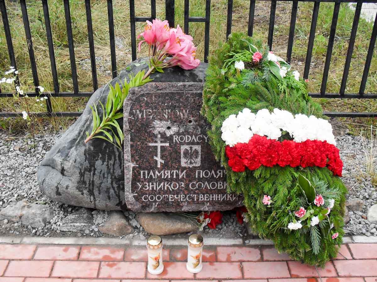 Pomnik Polakom, zamordowanym przez komuno-bolszewicki reżim na Wyspie Sołowieckiej