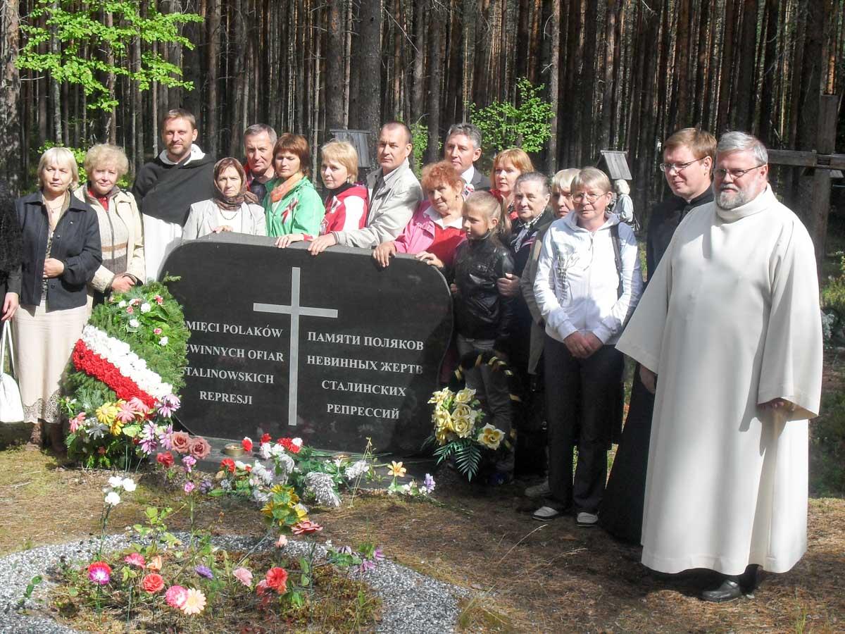 Zdjęcie pomnika ofiarom represji stalinowskich w Sandarmochu. Przy kamieniu delegacja z Polski i Ukrainy