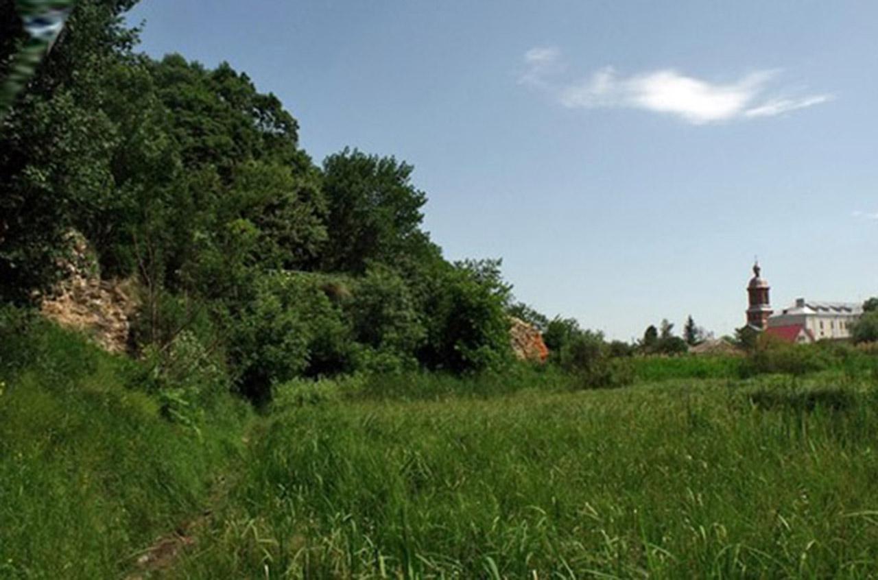 Obecny wygląd fortecy. Po prawej d. klasztor Karmelitów, dziś rządzą tu siostry benedyktynki. Źródło -Źródło - http://ukrainaincognita.com
