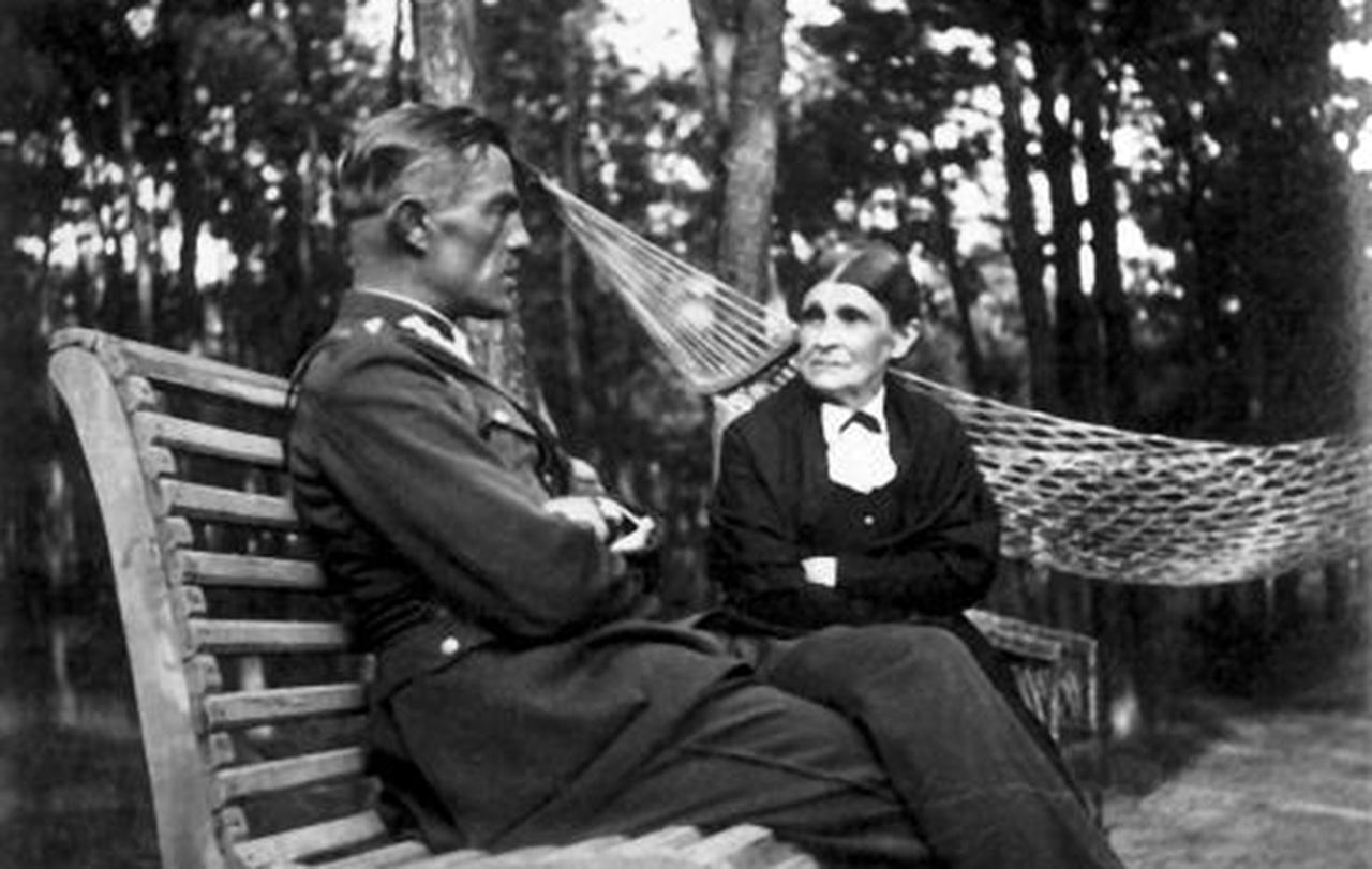 Lucjan Szymański z matką Olimpią. Zdjęcie wykonano w Legionowie. 1936 r.