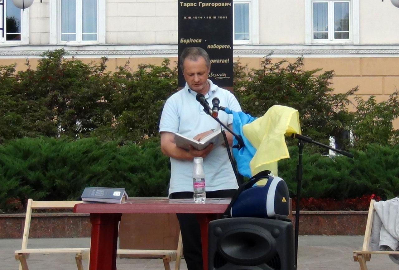 Walery Istoszyn - prezes Świetlicy Polskiej recytuje poezję Szewczenki