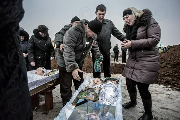 Pogrzeb ofiar styczniowego ostrzału z rakiet Mariupola. Źródło - 24tv.ua