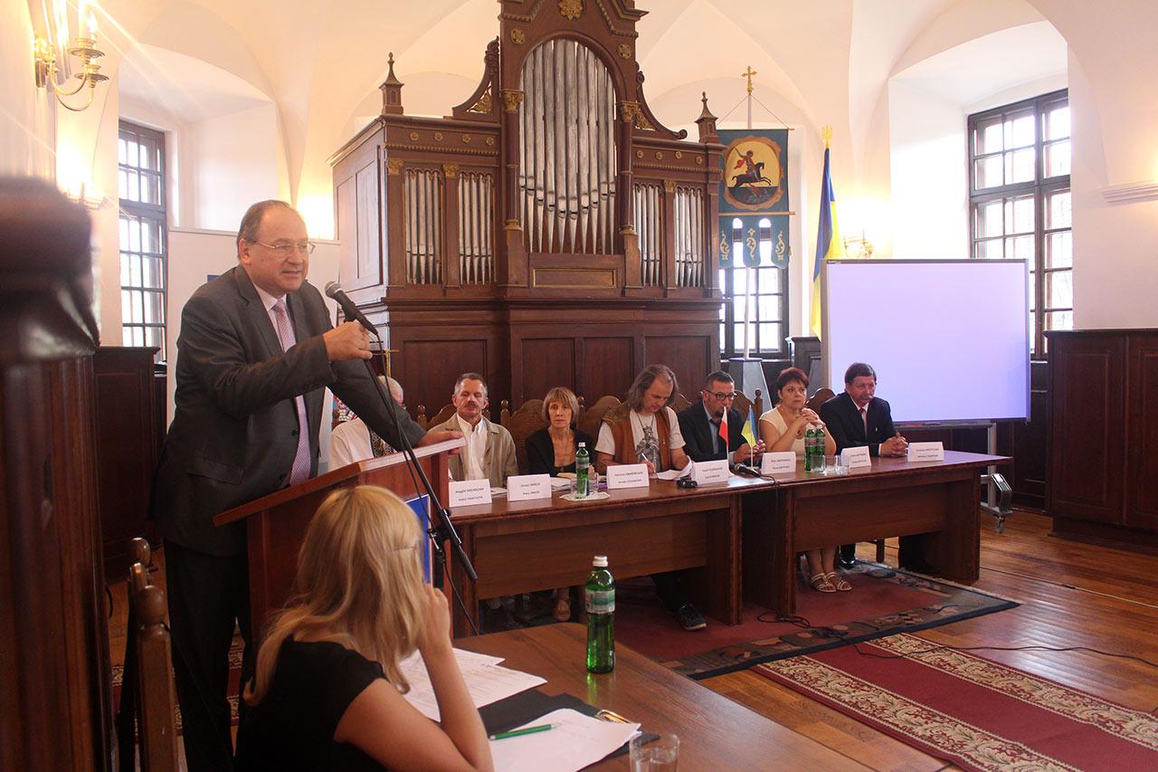 Przy mikrofonie Ambasador RP Henryk Litwin