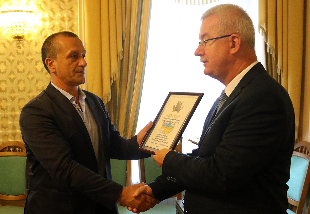 Po prawej konsul generalny RP we Lwowie otrzymuje dyplom uznania za pomoc w akcjach charytatywnych Polski na rzecz wsparcia ukraińskich żołnierzy