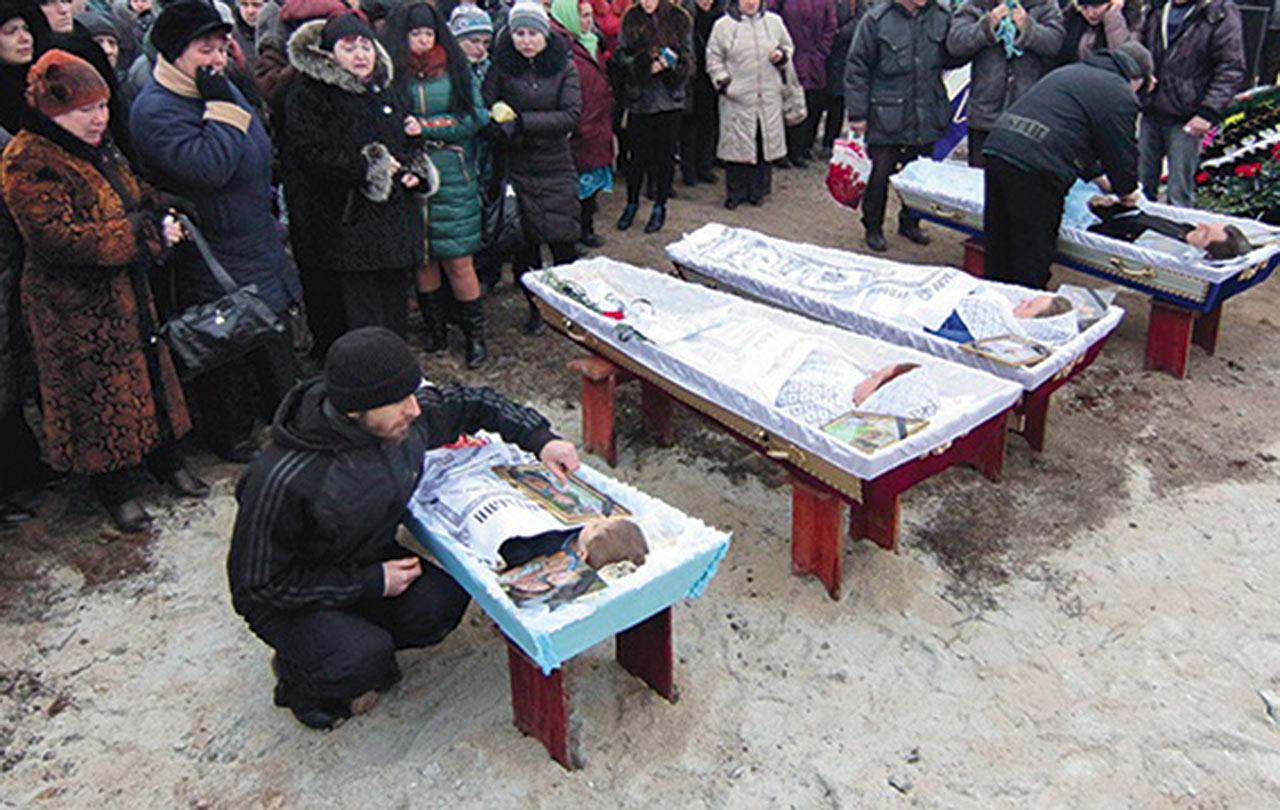 Pogrzeb ofiar ostrzału dzielnic mieszkaniowych w Mariupolu przez prorosyjskich terrorystów. Następnym razem w takich grobach mogą leżeć także Polacy. Zdjęcie: gosc.pl