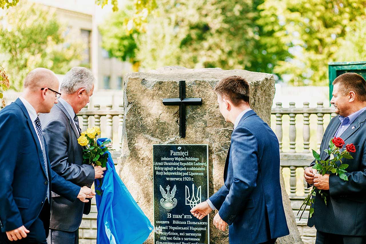 Konsul Wojciech Mrozowski, burmistrz Lipowca Majdaniuk Mykoła i poseł na Sejm Michał Dworczyk odsłaniają pomnik żołnierzom WP i URL w Lipowcu na Podolu