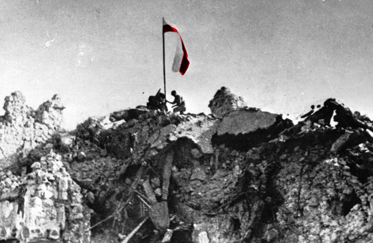 Polska flaga nad Monte Cassino po zdobyciu góry przez Karpatczyków