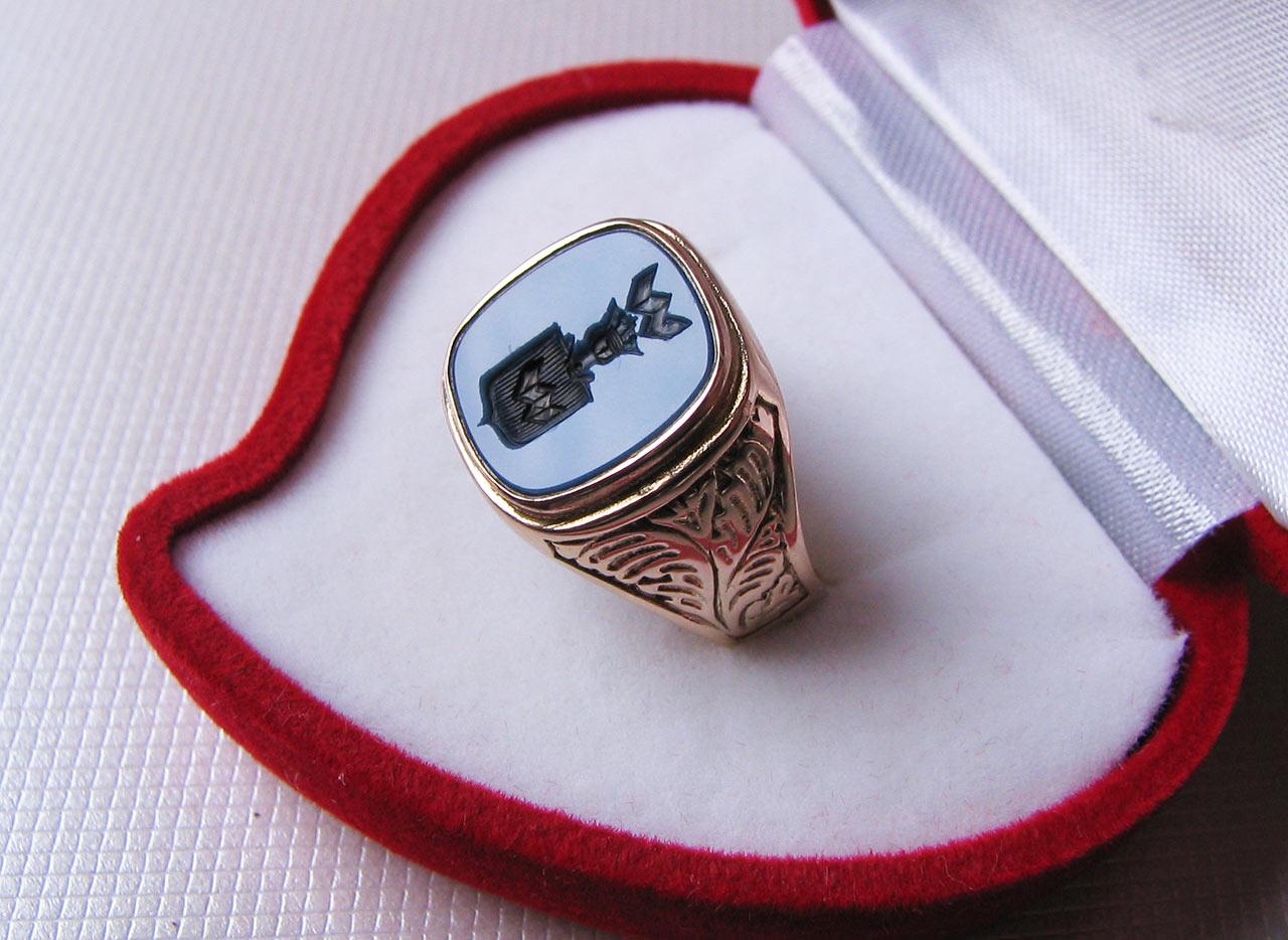 Pierścionek z pieczątką w postaci herbu Abdank. Źródło: fabrykabizuterii.com