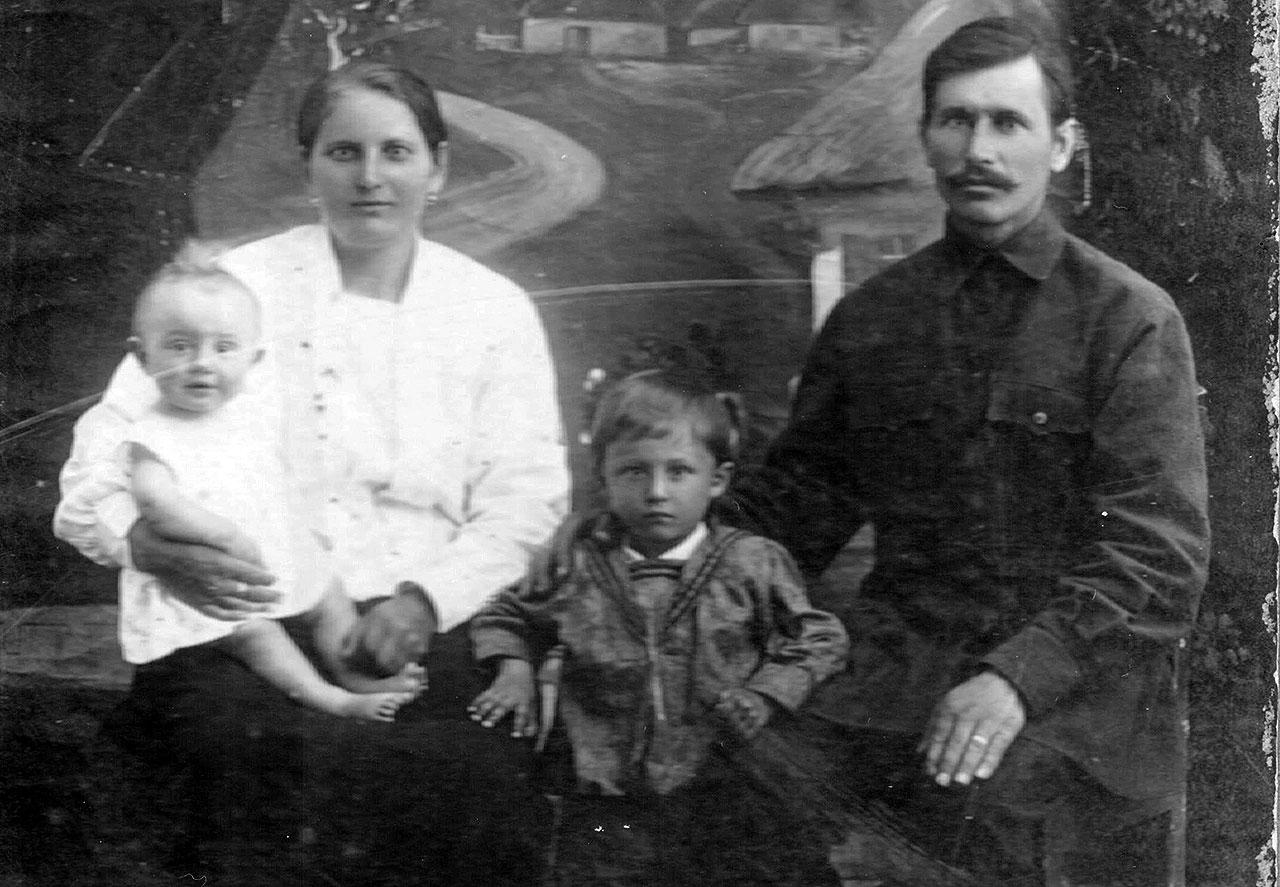 Anna (z d. Uwarenko) i Anton (Antoni) Purtakowie.  Na kolanach Anny siedzi ich syn  Iwan (Jan), stoi Władyków (Władek)