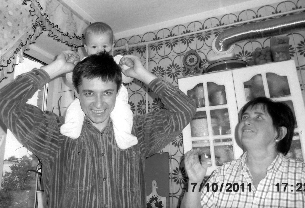 Aleks i jego matka Tatiana (Tania). Na ramionach  Aleksa jego córka –  Alesia
