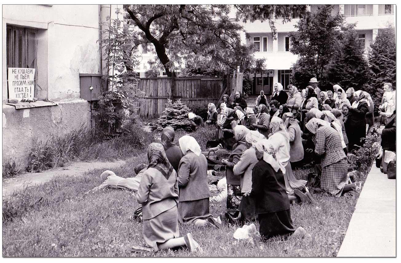 Wierni walczą o zwrot kościoła seminaryjnego w Żytomierzu. Koniec lat 80. XX wieku. Z rodzinnych archiwów Franciszka Brzezickiego