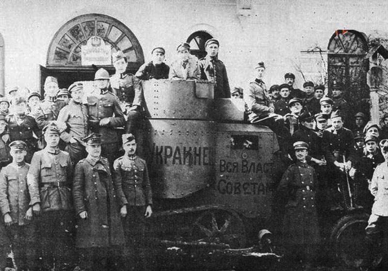 Ukraińscy i polscy żołnierze w Żytomierzu przy zdobytym w boju z bolszewikami pancerniku. Źródło - etoretro.ru