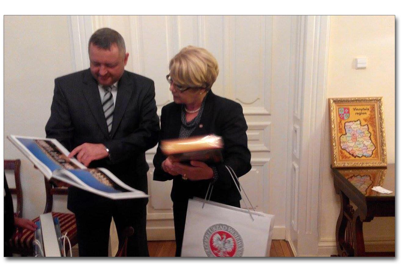 Przewodniczący winnickiej Rady Obwodowej Serhij Swytko oraz wojewoda łódzki wymieniają się upominkami. Źródło - vinrada.gov.ua