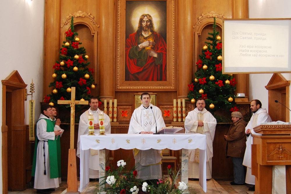 Ołtarz główny kościoła pw. Serca Jezusa. Msza z 2009 roku. Źródło - alphacatholic.at.ua