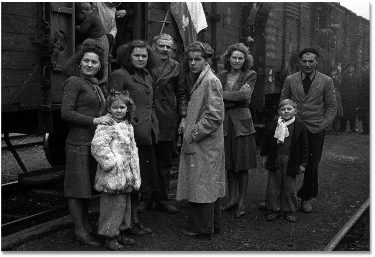 Międzylesie, 1948-11-21. Przyjazd na dworzec kolejowy repatriantów z Francji, polskich górników, którzy opuścili kraj podczas emigracji zarobkowej w latach międzywojennych. Reemigracja do Polski odbywała się na podstawie umów polsko-francuskich podpisanych w 1946 i 1948 r. bk PAP <ENGLISH> Miedzylesie, Nov. 21, 1948. Repatriates from France, Polish miners who left Poland seeking jobs in the inter-war period return to the homeland. Arrival in the railway station. Reemigration to Poland was carried out on the basis of Polish-French agreements signed in 1946 and 1948. PAP