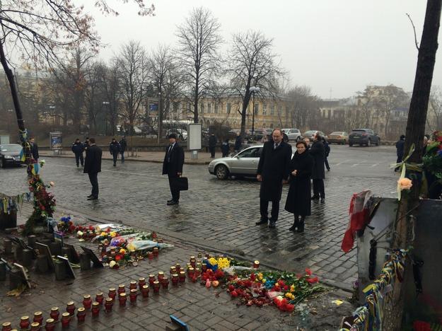 Ewa Kopacz i Ambasador RP Henryk Litwin uszanowali na Chreszczatyku pamięć Niebiańskiej Sotni. Foto: Krzysztof Berenda, RMF FM