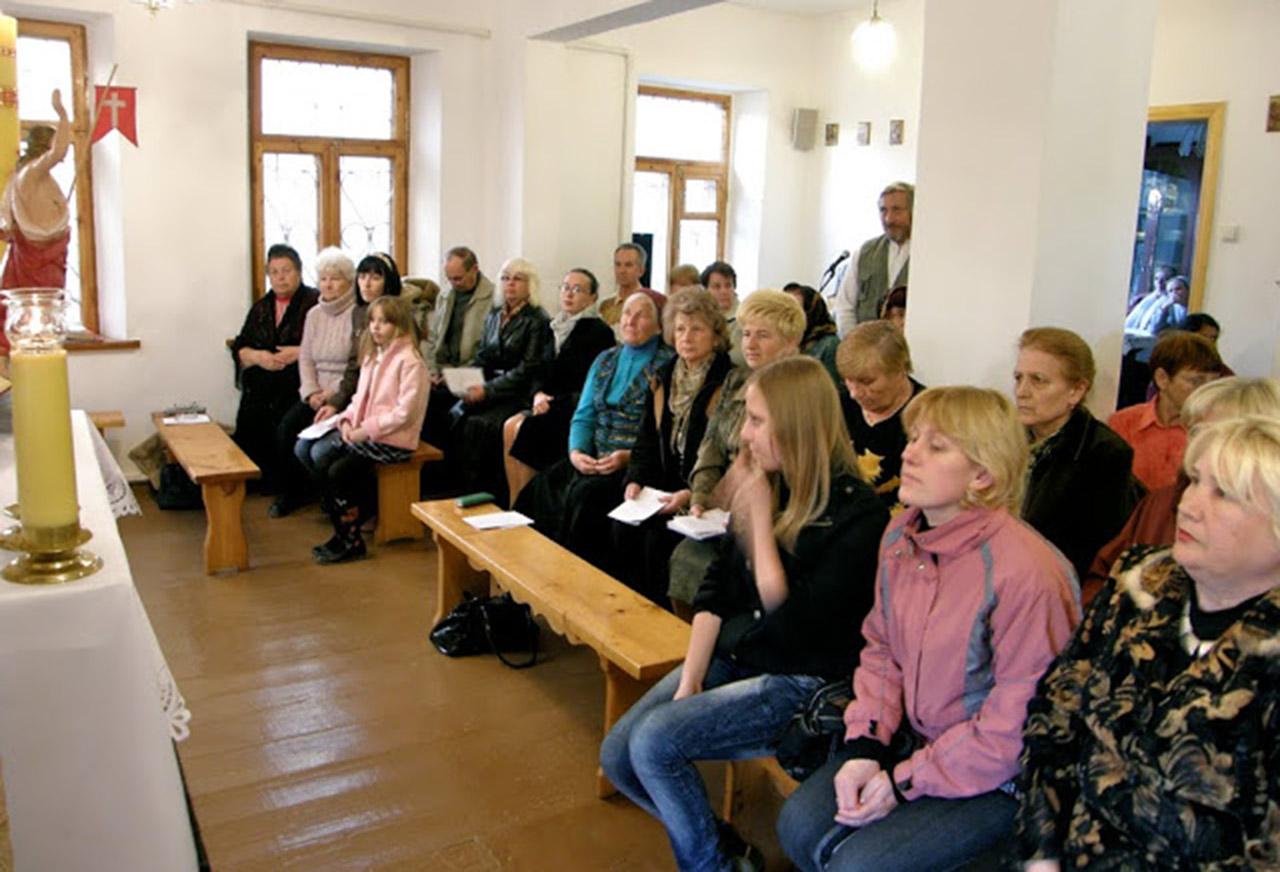 Parafianie kapliczki pw. Wniebowzięcia NMP na ul. Dońskiej w Symferopolu. Źródło - http://www.crimeacatholic.info