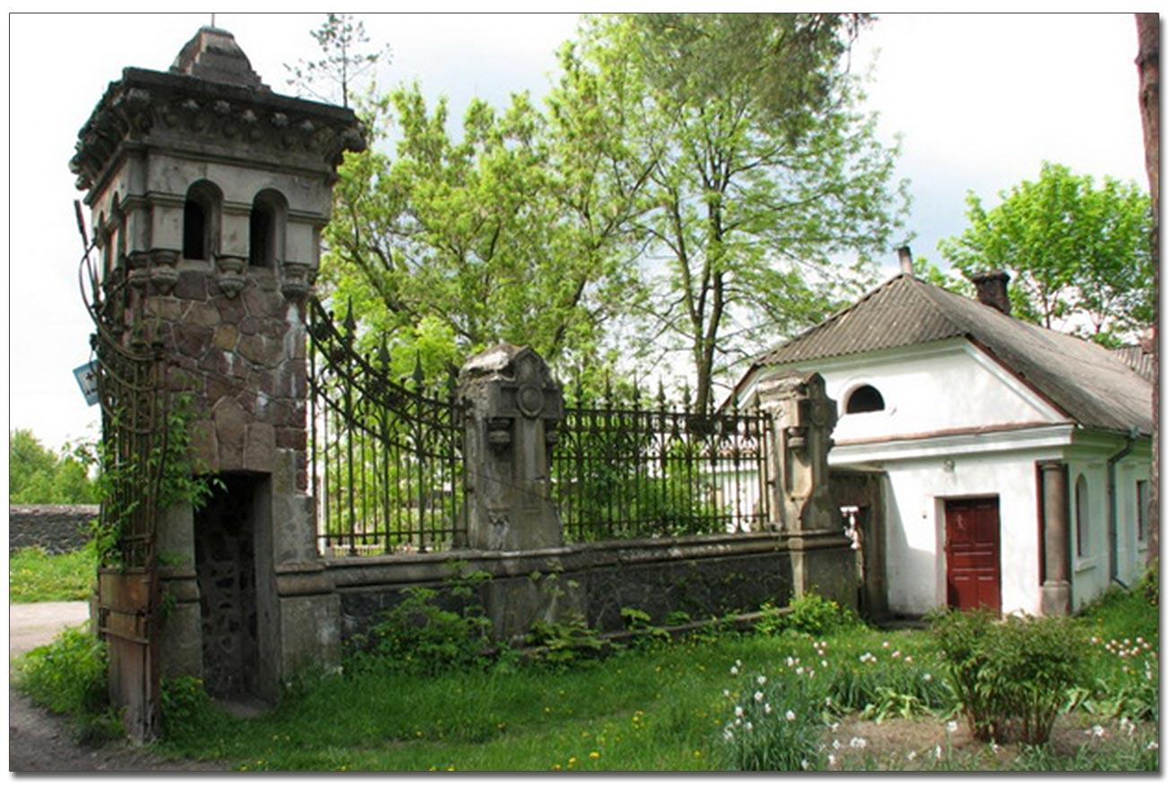 Brama wjazdowa na teren kapliczki. Po prawej - była plebania. Źródło - sergekot.com