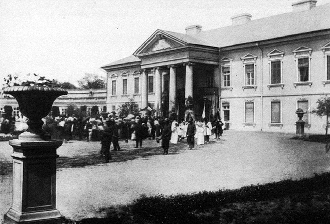 Zdjęcie spalonego przez bolszewików pałacu Potockich w Peczarze. Źródło - sergekot.com