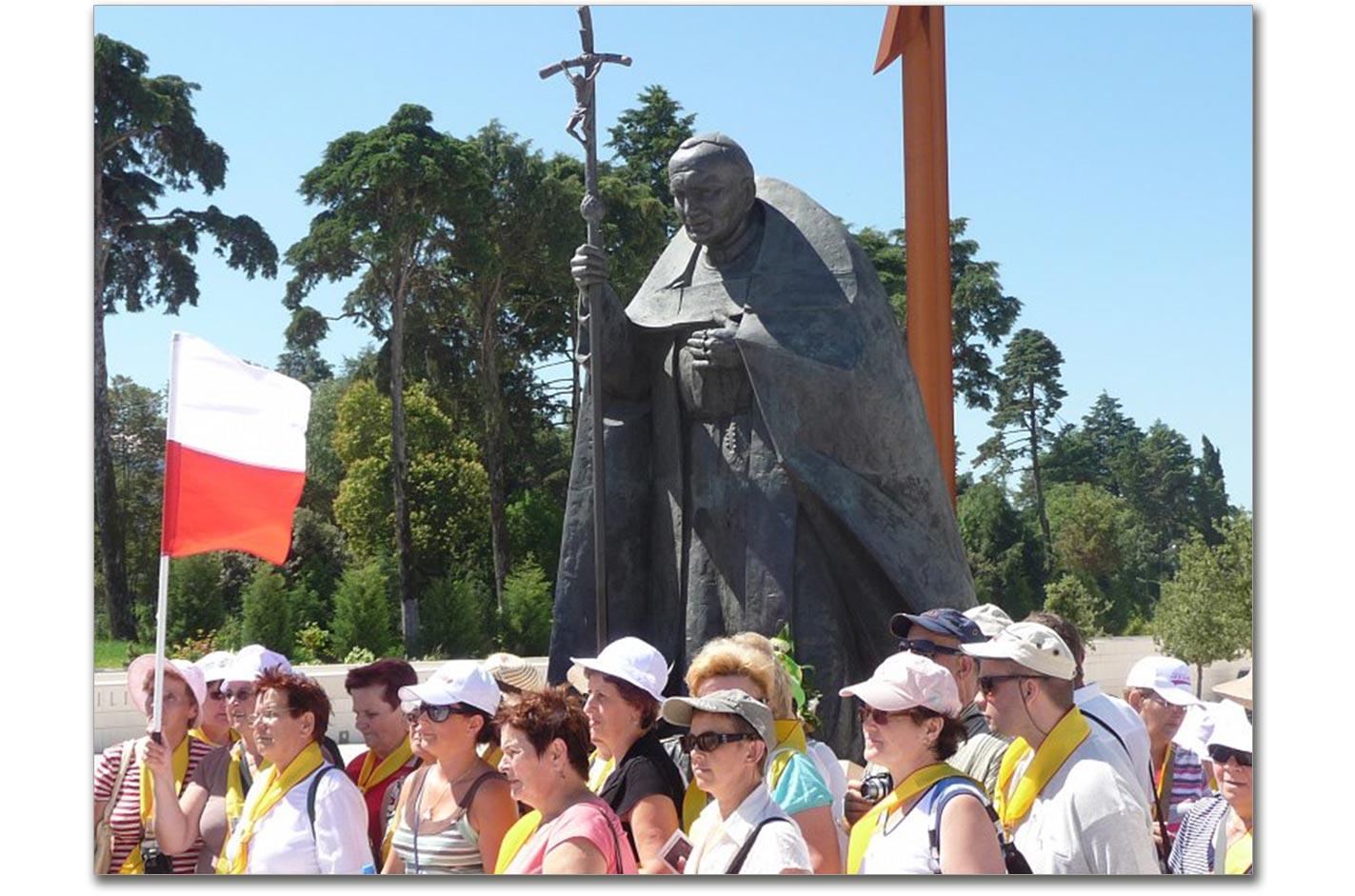 Polacy przy pomniku Jana Pawła II w portugalskiej Fatimie. Źródło - www.garnek.pl