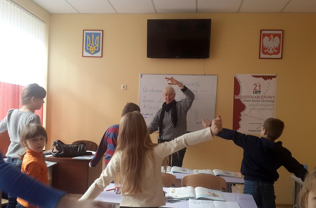 Na lekcji z języka polskiego w Winnicy w klasie, urządzonym za pieniądze polskiego rządu